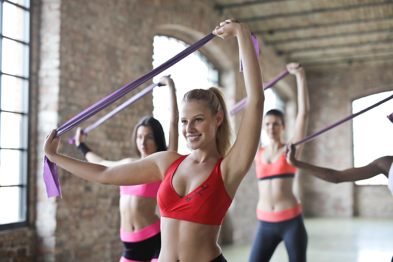 4 elastik øvelser mod skuldersmerter